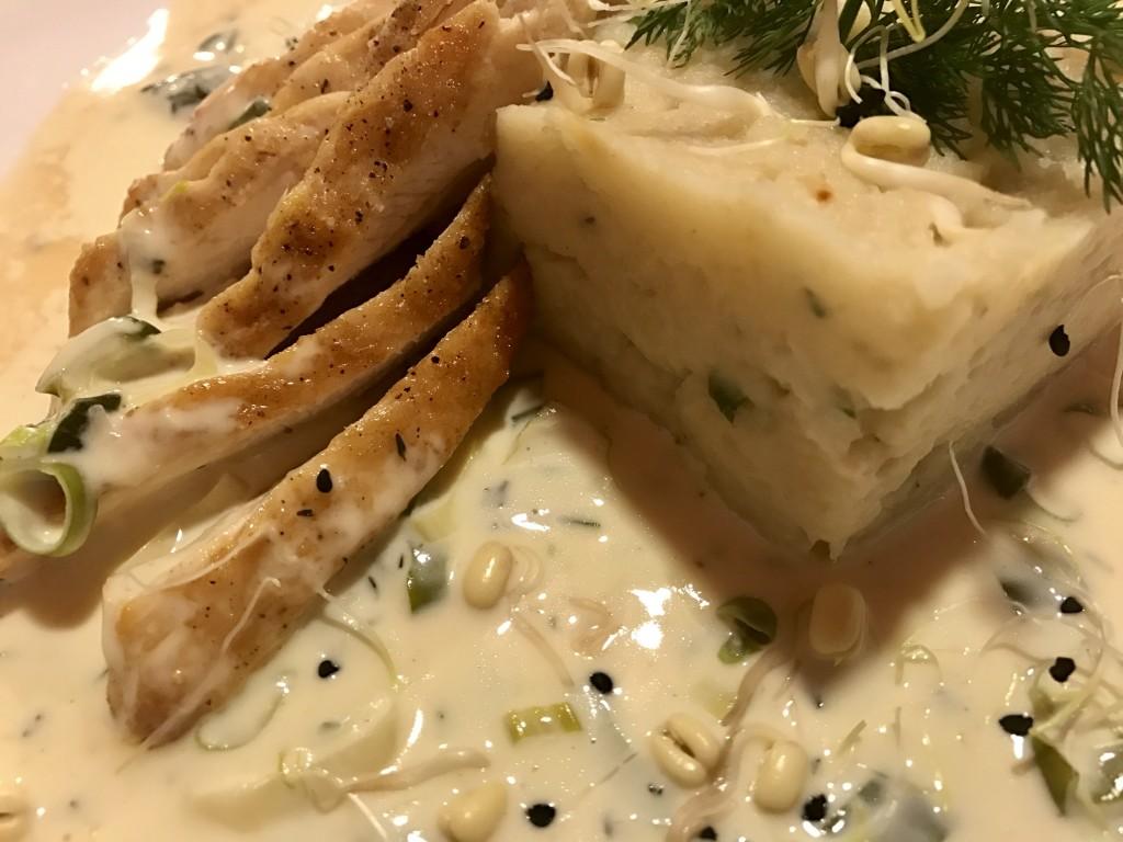 Csirkemellfilé zellerpürével, zöldhagymás tejszínes szósszal